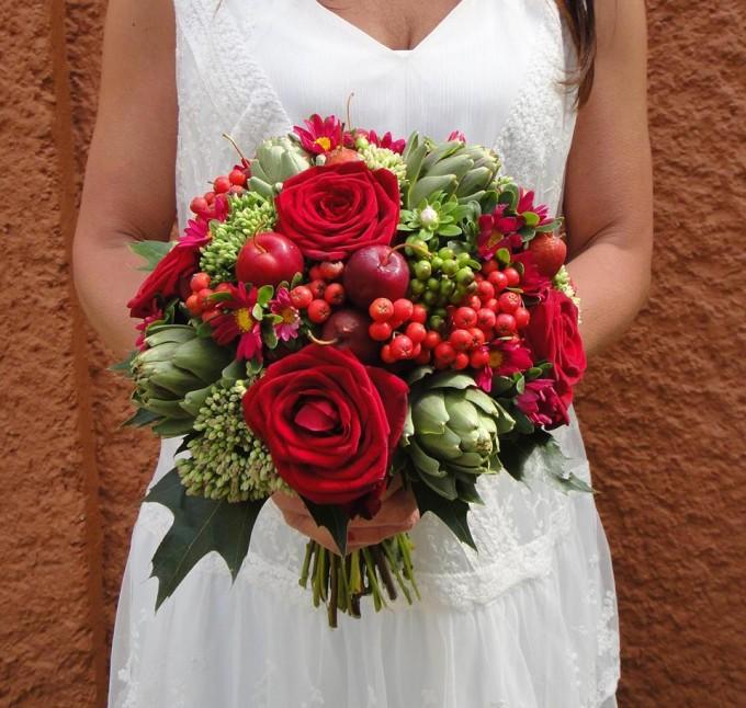 Bukiet z kwiatów i owoców / źródło: www.foter.com