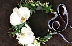 Wianek komunijny z białych kwiatów.