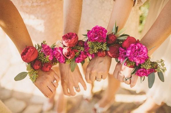 Kwiatowe bransoletki / Źródło : festivalbrides.co.uk