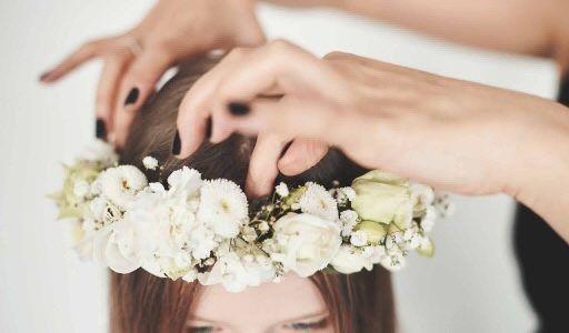 wianek z bialych kwiatów